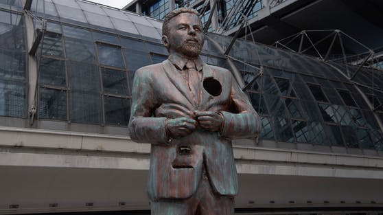 """Die """"interaktive"""" Klass-Heufer-Umlauf-Statue steht vor dem Berliner Hauptbahnhof. Im Herz-Loch dürfen Fans Andenken und Geschenke hinterlassen."""