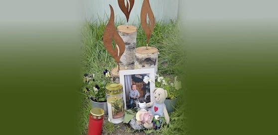 Die Familie des Buben hat zum Gedenken an Maximilian Kerzen aufgestellt.