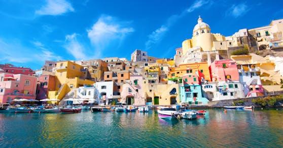 Italiens Urlaubinseln wie Capri und Sizilien fordern schnellstmögliche Impfung (im Bild: Neapel)