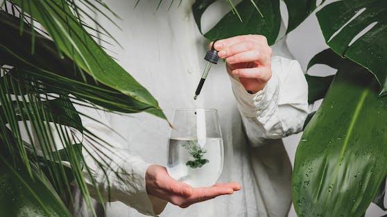 """Der neue TikTik-Beauty Trend dreht sich ums """"Chlorophyll-Wasser""""."""