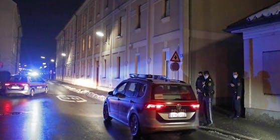 Polizei vor einem Wohnhaus (Symbolbild)