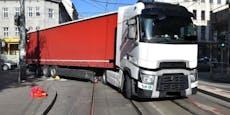 Wienerin bei Unfall unter Lkw eingeklemmt