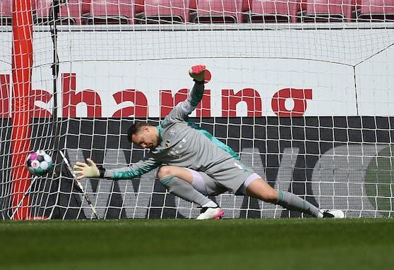 Bayern-Keeper Manuel Neuer patzt.
