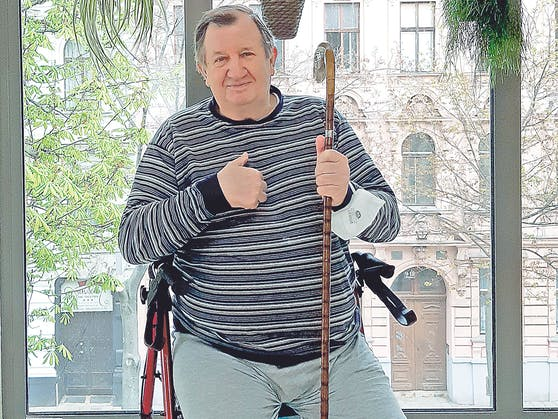 Henrik (70) bekam dank Caritas-Ärztin eine neue Hüfte.