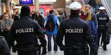 Frauen-Gang zwingt Mann sich auszuziehen, raubt ihn aus