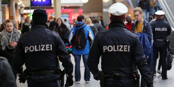 In Linz haben am Samstag vier junge Frauen einen 21-Jährigen überfallen und ausgeraubt. Sie bedrohten ihn mit einer zerbrochenen Glasflasche.