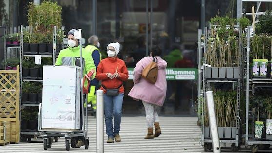 Besucher eines Baumarktes am Dienstag, 20. April 2021, in Eisenstadt.