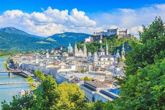Klassischer Blick vom Mönchsberg auf die Kirchen und Türme und die Festung Hohensalzburg der Salzburger Altstadt. Symbolbild