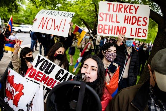 Armenier in den USA protestierten zum Jahrestag des Völkermordes von 1915 vor der Residenz des türkischen Botschafters in Washington, DC. (24. April 2021)