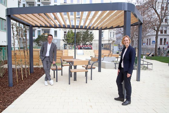 Klimastadtrat Jürgen Czernohorszky und Wiedens Bezirkschefin Lea Halbwidl (beide SPÖ) im neu gestalteten Wanda Lanzer-Park.