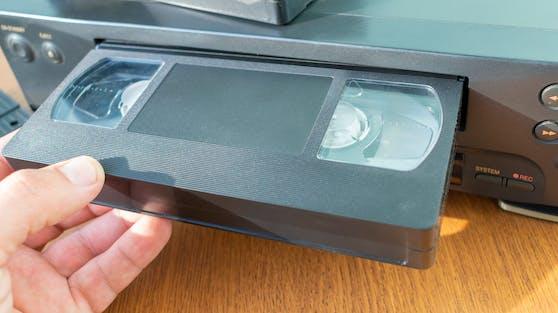 VHS-Kassetten gibt es heutzutage kaum noch. Sie wurden von DVDs und dann später BluRay-Discs und Streaming-Diensten aus den Privathaushalten nahezu völlig verdrängt