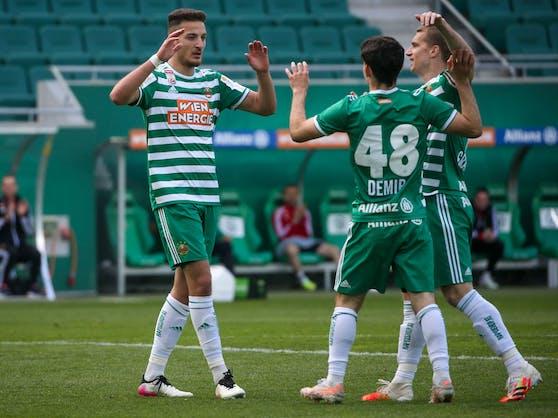 Yusuf Demir klatscht mit Ercan Kara ab.