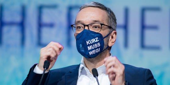 Kickl trug Maske mit Botschaft.