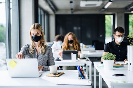 Menschen im Büro (Symbolbild)