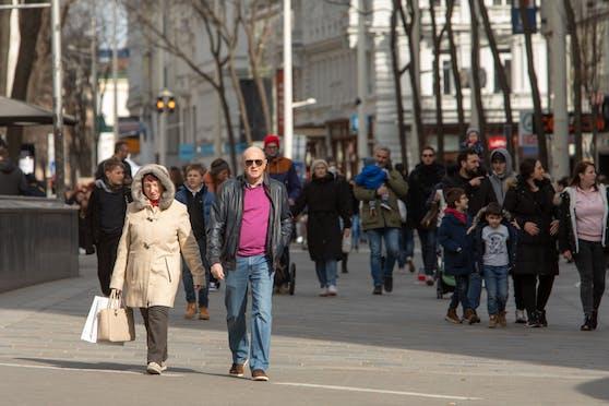 Menschen großteils ohne Schutzmasken auf der Mariahilferstraße