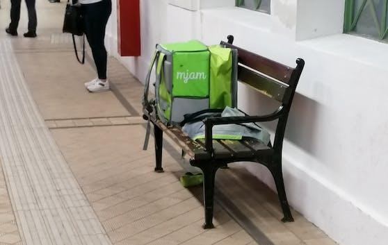 Der Lieferservice-Mitarbeiter ließ seine Utensilien einfach in einer Wiener S-Bahn-Station liegen.