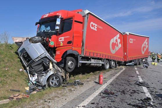 Bei einem missglückten Überholmanöver verstarb die 53-jährige Autofahrerin.