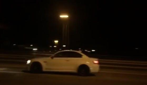 Der weiße BMW forderte mit kurzem Hupen zum Rennen auf.