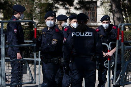 Die Polizei will die Gangart gegenüber illegal Feiernden verschärfen.