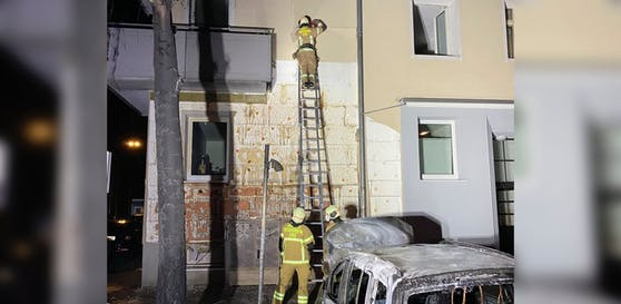 Der Brand beschädigte auch eine angrenzende Hausfassade schwer.