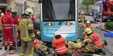 Radfahrer stürzt und wird von Straßenbahn mitgeschleift