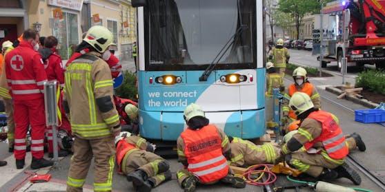 Der Radfahrer kam tragischerweise genau vor einer heranfahrenden Straßenbahn zum Liegen.