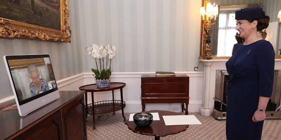 Queen Elizabeth II. kann nach der Trauer um ihren Mann bei ihrer Audienz mit der lettischen Botschafterin Ivita Burmistre wieder lächeln.