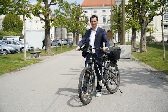 Minister Mückstein rollte mit dem E-Bike zum Interview.