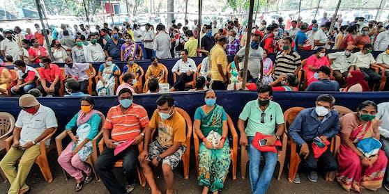 Die Lage in Indien spitzt sich weiter zu. Am Dienstag melden die Behörden 323.144 neue Fälle des Coronavirus.