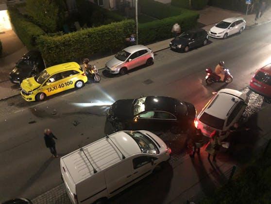 Gleich drei Fahrzeuge wurden bei dem Unfall beschädigt.