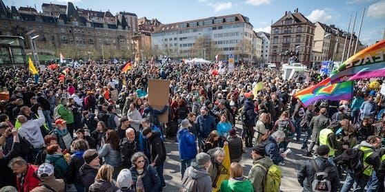 """Eine Demonstration der Initiative """"Querdenken"""" in Stuttgart"""