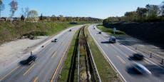 Mann parkt auf Autobahn, um an Video-Call teilzunehmen