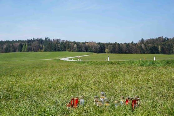 Trauernde Angehörige und Freunde haben Kerzen an der Unfallstelle in Eggelsberg aufgestellt.