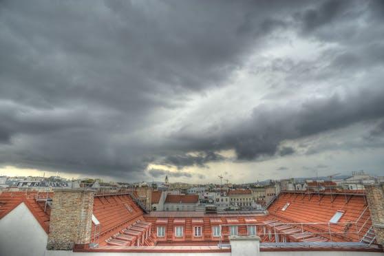 Schwarze Gewitterwolken ziehen über Wien auf. (Symbolbild)