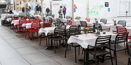Leerer Schanigarten auf der Kärntner Straße in Wien.
