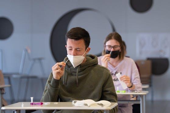 Das Testen in der Schule geht weiter. Auch PCR-Tests sollen zum Einsatz kommen. (Symbolbild).