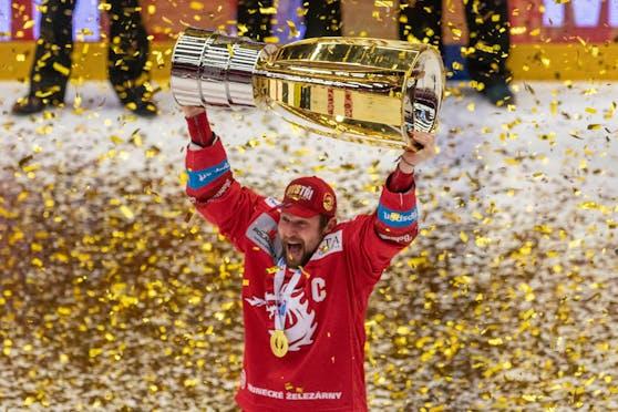 Petra Vrana stemmt den Pokal in die Höhe. Wenig später wird er von seinen Emotionen überwältigt, weint um seine tote Ehefrau.