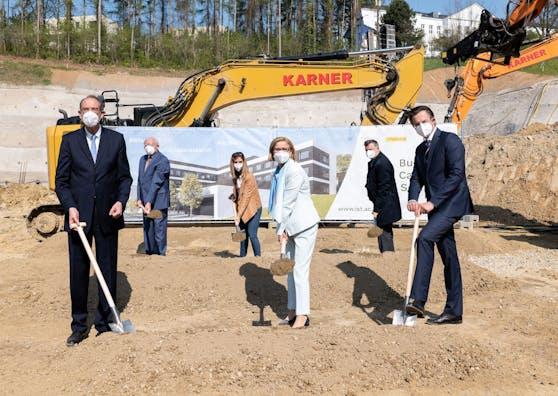 Minister Faßmann, Landeschefin Mikl-Leitner und Bürgermeister Schmuckenschlager beim Spatenstich