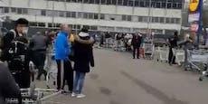 Wiener stehen in der Schlange wegen Supermarkt-Aktion
