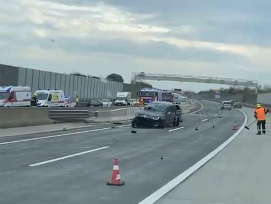Schwerer Unfall auf der A5: Ein VW Amarok steht völlig demoliert auf der Fahrbahn.