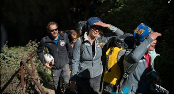 Die Teilnehmer beim Verlassen der Höhle.