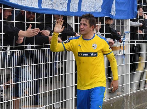 Pannewitz klatscht mit den Fans von Carl Zeiss Jena ab (2018).