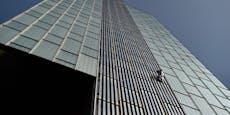 Mann klettert ungesichert 120 Meter hohe Hotelwand hoch