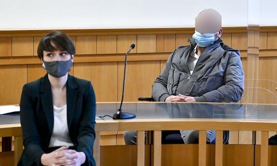 Ein paar Monate später soll der Bierwirt eine Frau getötet haben: Hier sitzt er im Jänner 2021 im Gerichtssaal mit der Grünen Klubobfrau Sigi Maurer.