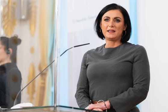 Elisabeth Köstinger bei einer Pressekonferenz im Bundeskanzleramt