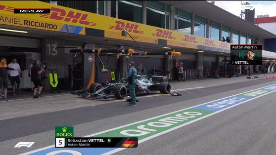 Sebastian Vettel biegt bei der falschen Box ab.
