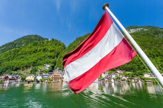Eine Österreich-Fahne am Hallstätter See in Österreich