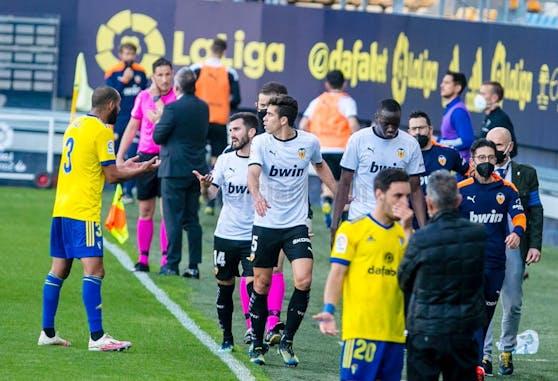 Die Spieler Valencias verlassen nach einem rassistischem Vorfall den Platz.