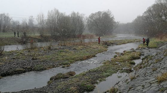 In diesem Fluss kamen drei junge Männer ums Leben. Die Bilder zeigen die Einsatzkräfte bei der Suche nach den Vermissten.
