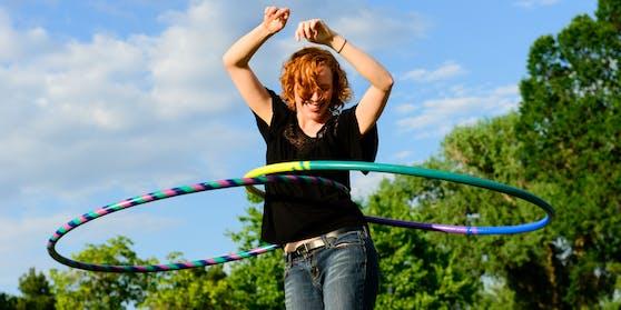 Wer den Hula-Hoop-Reifen schwingt, ist nicht nur am Puls der Zeit, sondern trainiert auch den gesamten Körper.
